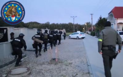 Policajné komando s puškami a psami hľadalo prevádzačov, videom sa pochválili na Facebooku