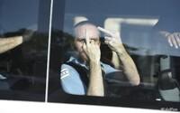 Policajt dostal trest za to, že ukázal protestujúcim prostredník