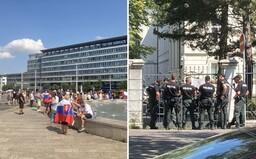 Policajt, ktorý nerozozná turistu od demonštranta, je nedôstojný, niektorí príslušníci môžu sympatizovať s protestmi (Reportáž)