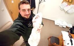 Policajt našiel v bezdomoveckom príbytku uzimené a hladné bábätko, okamžite zakročil