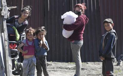 Policajt vraj zbil päť detí v osade v Krompachoch, Únia Rómov už spustila petíciu na prešetrenie