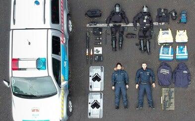Policisté a vojáci se fotí jako z Tetrisu. Internetová výzva se šíří po celém světě