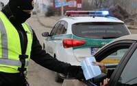 Policajti budú kontrolovať dodržiavanie protipandemických opatrení už aj v civile. Asistovať pri kontrolách im budú vojaci