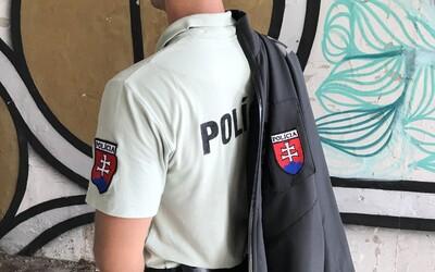 Policajti by po novom nemuseli na uniformách nosiť menovky, len identifikačné čísla. Ochráni ich to pred osočovaním