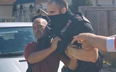 Policajti kontrolovali nosenie rúšok v osadách, muži ich napadli. Lietali kamene aj varovné výstrely