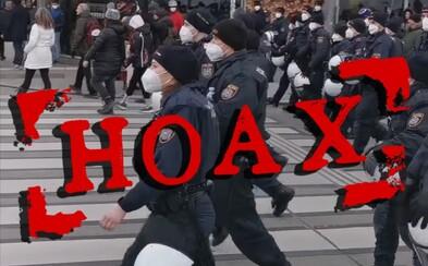 Policajti na demonštráciách vo Viedni nevyjadrovali podporu protestujúcim. Prilby si skladali z úplne iného dôvodu