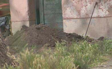 Policajti na záhrade v Nových Zámkoch vykopali telo 8-mesačného dievčatka. Otec ho vraj týral, ukázala pitva