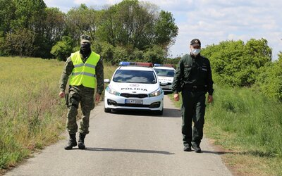 Policajti našli na záhrade rodinného domu zakopané telo dieťaťa. Rodičia vraj tvrdili, že je v ústave