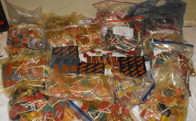 Policisté objevili 270 kilogramů pervitinových lízátek při náhodném oznámení o loupeži. Obávají se, že sladkosti měly putovat k malým dětem