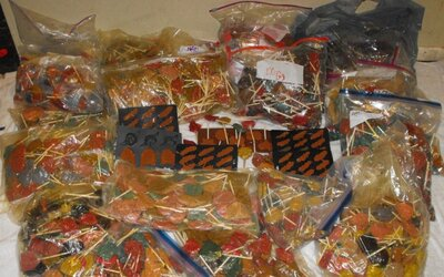 Policajti objavili 270 kilogramov pervitínových lízatiek pri náhodnom oznámení o lúpeži. Obávajú sa, že sladkosti mali putovať malým deťom
