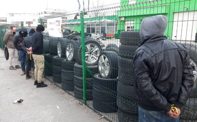 Policajti v Komárne naháňali auto plné migrantov. Jazdilo v protismere, viezli sa v ňom utečenci zo Sýrie a Palestíny