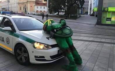 Slovenští policisté zveřejnili vtipné zápisky ze svých služeb. O ospalých psech, pachatelích i podivných zatýkačkách