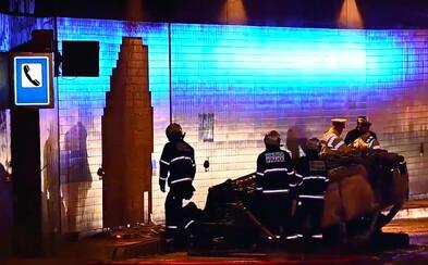 Policejní vůz po nehodě v tunelu Blanka skončil na střeše a začal hořet. Tři policisté jsou zranění