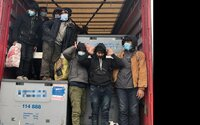 Polícia našla v kamióne v Nových Zámkoch desať utečencov. Boli medzi nimi aj dve deti, ktoré poslali do detského domova