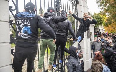 Polícia obvinila Martina z Popradu a Pavla z Česka z útoku na policajtov počas sobotnajšieho protestu. Hrozí im až 25 rokov