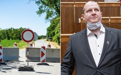 """Polícia opísala zadržanie poslanca ĽSNS Krupu: """"Je nepochopiteľné, keď si ľudia vybíjajú zlosť na policajtoch,"""" tvrdí Kovařík"""