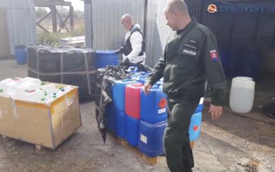 Polícia pri Galante odhalila obrovskú nelegálnu výrobňu pervitínu. Údajných výrobcov tvrdých drog odviezla v putách