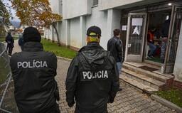 Polícia rieši 24 ľudí, ktorí sa po pozitívnom výsledku šli dať otestovať znova. Sú podozriví z trestného činu