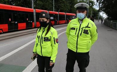 Polícia sprísnila kontrolu pandemických opatrení a hrozí sankciami: Prečo však nepokutovala demonštrantov, ktorí na ne kašľali?