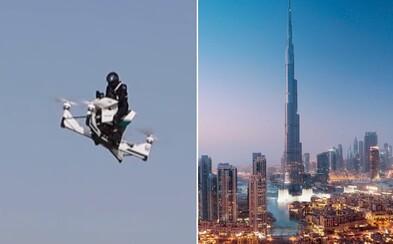 Polícia v Dubaji začne používať vznášadlá. Policajt na nich dokáže vyletieť do výšky až šesť metrov a pritom ísť poriadne rýchlo