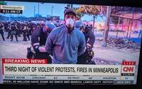 Polícia v Minneapolise zatkla celý štáb CNN. Kamery naďalej bežali v živom vysielaní