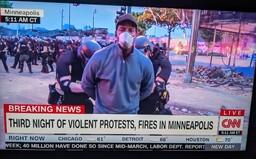 Policie v Minneapolis zatkla celý štáb CNN. Kamery nadále běžely v živém vysílání