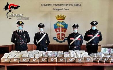 Policie zabavila 17 kilo kokainu a 5 milionů eur v hotovosti po obyčejné silniční kontrole. Peníze zřejmě patří mafii