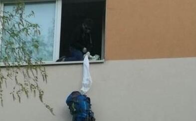 Polícia zverejnila fotku Slováka, ktorý utekal zo štátnej karantény cez okno ako z filmu. Hrozí mu pokuta 1659 eur