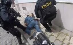 """Polícia zverejnila video zo zásahu v Bratislave. """"Daj mu do hlavy, Dušan,"""" vyzýva zrejme jeden kukláč druhého"""