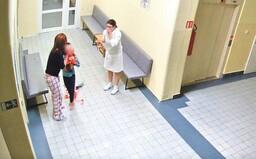 Policie obvinila nemocnici a 3 zdravotníky kvůli chlapci, který po operaci mandlí krvácel a upadl do kómatu