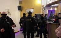 Policie odhalila nelegální večírek v centru Českých Budějovic, rozbili dveře beranidlem