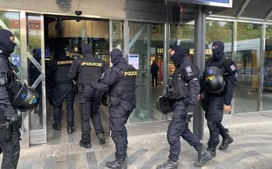 Policie u demonstrantů v Praze našla boxery, pyrotechniku i střelnou zbraň