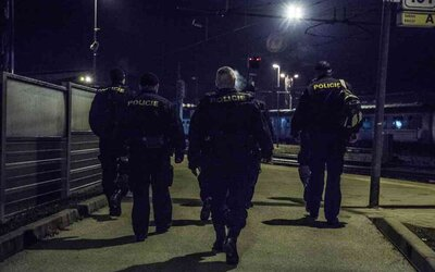 Policie v otevřeném baru v Českých Budějovicích našla 30 hostů. Vzduchem létaly židle i nadávky