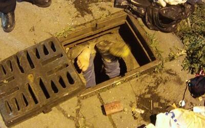 Policie z Teplic zachraňovala muže, kterému z kanálu čouhala jen chodidla. Vlezl tam pro zlatý řetízek, který však byl jen výplodem halucinací