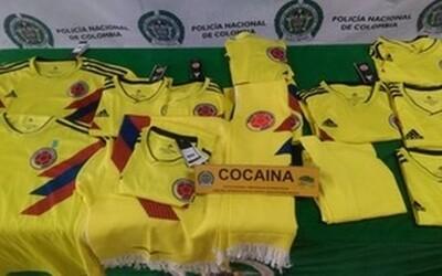 Policie zabavila fotbalové dresy Kolumbie napuštěné 70 kilogramy kokainu