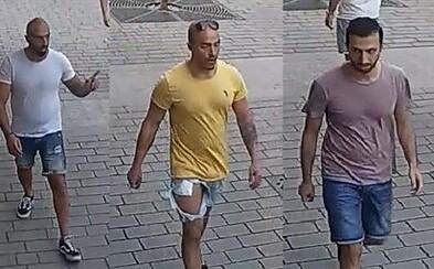 Policie zadržela na letišti muže, kteří brutálně napadli číšníka v centru Prahy