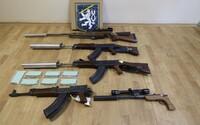 Policie zadržela tři samopaly, dvě pušky a střílející pero u čtveřice na jižní Moravě. Byla obviněna z nedovoleného ozbrojování
