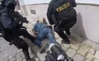 """Policie zveřejnila video ze zásahu v Bratislavě. """"Dej mu do hlavy, Dušane,"""" vyzývá zřejmě jeden policista druhého"""