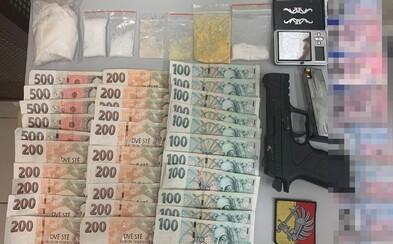 Policisté zadrželi v Praze dealera. Jel pod vlivem bez řidičáku, měl u sebe 70 gramů pervitinu a falešné doklady
