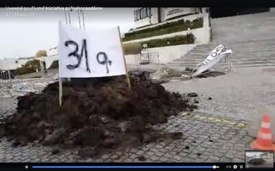 Poľnohospodári vysypali pred miesto Dankovho 30-metrového stožiaru viac ako 30 kubíkov maštaľného hnoja