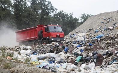 Polovica žltého kontajneru nie je plast, Slovákom triedenie nejde. Navštívili sme skládku, kde leží 600 000 ton odpadu