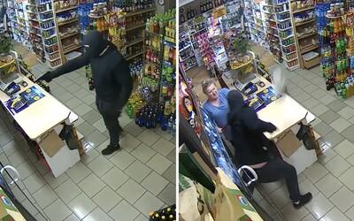 Polská prodavačka odehnala lupiče se zbraní. Video zachycuje, jak ho udeřila mokrým mopem
