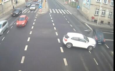 Poľskej žene zachránila život pred rútiacim sa autom pouličná lampa. Ustála aj rýchlosť vozidla a nenechala ho vraziť do budovy