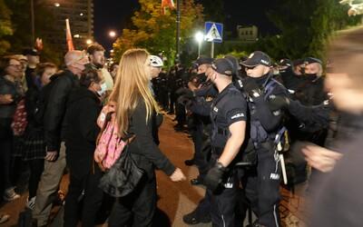 Poľskí aktivisti si priniesli dosky a klince, ktoré chceli pribiť na dvere budovy ústavného súdu