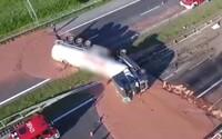 Poľskú diaľnicu zaplavili tony mliečnej čokolády. Nehoda kamióna najviac zaskočila hasičov, ktorí ju z nej museli odstraňovať