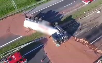 Polskou dálnici zaplavily tuny mléčné čokolády. Nehoda kamionu nejvíc zaskočila hasiče, kteří ji museli odstraňovat