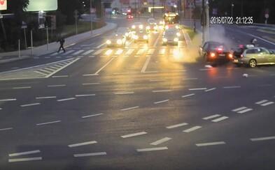 Poľský cyklista len o sekundu unikol smrti, keď do križovatky vletel na červenú bezohľadný vodič