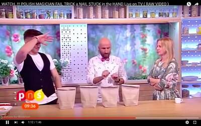 Poľský iluzionista a kúzelník ukázal, ako sa to robiť nemá. Moderátorke vrazil počas svojho triku klinec do ruky