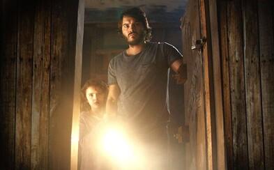Pomätený otec chráni svoju dcéru pred temnotou. Má psychické problémy, alebo im skutočne hrozí strašidelné nebezpečenstvo?
