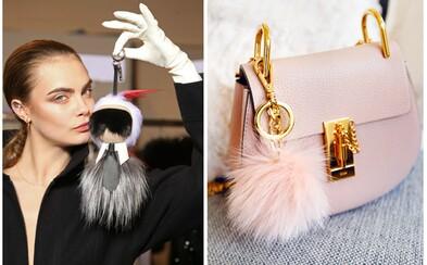 Pom-pomy ovládly módní scénu. Co vlastně stylové chlupaté kuličky proslavilo?